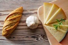 Śródziemnomorski karmowy chlebowy bochenka czosnek, ser i Obraz Royalty Free