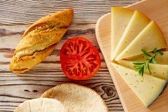 Śródziemnomorski karmowy chlebowy bochenka pomidor, ser i Fotografia Stock