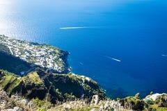 Śródziemnomorski krajobraz z skalistą linią brzegową Amalfi wybrzeże, Włochy obrazy royalty free
