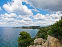 Śródziemnomorski nabrzeżny krajobraz przy Sithonia Obraz Stock