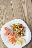 Śródziemnomorski naczynie świezi warzywa z garnelami fotografia royalty free