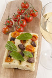 Śródziemnomorski płaski chleb na drewnianej desce Zdjęcia Stock
