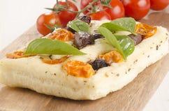 Śródziemnomorski płaski chleb na drewnianej desce Fotografia Stock