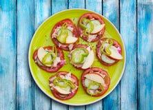 Śródziemnomorski sałatkowy pomidorowy serowy ogórka pieprz, jabłko i Obraz Stock