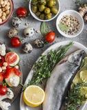 Śródziemnomorski stylowy jedzenie Ryba, warzywa, ziele, chickpeas, oliwki, ser na popielatym tle, odgórny widok pojęcia zdrowe je Obraz Royalty Free