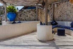 Śródziemnomorski stylowy wnętrze w białych i błękita kolorach obraz royalty free