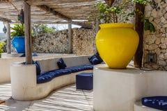 Śródziemnomorski stylowy wnętrze w białych i błękitnych kolorach z nieociosanym gałązka sufitem zdjęcie royalty free