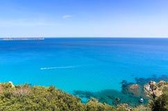 Śródziemnomorski turkusowy morze z snorkeling łodzią pod jasnym niebieskim niebem Obrazy Royalty Free