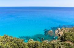 Śródziemnomorski turkusowy morze z snorkeling łodzią pod jasnym niebieskim niebem Fotografia Stock