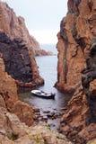 Śródziemnomorskie łódkowate skały odizolowywający oceanu podeszczowy samotny ratunek fotografia stock