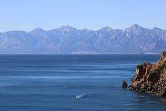 Śródziemnomorskie brzegowe góry i morze pod jasnym niebieskim niebem fotografia stock