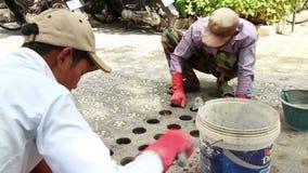 Średni koszt stały strzał pracownicy w Azja głębienia dziurach z małą łopatą lub zdjęcie wideo