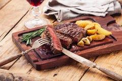 Średni rzadki piec na grillu stek Ribeye Zdjęcie Royalty Free
