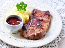 Średni rzadki piec na grillu wołowina stek z puree ziemniaczane i grilla kumberlandem obrazy royalty free
