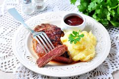 Średni rzadki piec na grillu wołowina stek z puree ziemniaczane i grilla kumberlandem fotografia royalty free