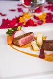 Średni rzadki wołowiny tenderloin piec warzywo Fotografia Stock