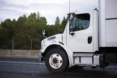 Średniej władzy klasy ciężarówka z pudełkowatą przyczepą na drodze semi obrazy royalty free