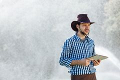 Średniorolnej mężczyzna agronoma słońca pracownika czeka pastylki plantaci cyfrowej komputerowej technologii kropidła systemu kap zdjęcie royalty free