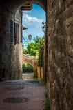 Średniowieczna łukowata ulica w starym miasteczku San Gimignano w Tuscany, Włochy obrazy royalty free