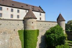 Średniowieczna ściana przy Marienberg kasztelem w Wuerzburg z błękitnym sk fotografia stock