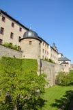 Średniowieczna ściana przy Marienberg kasztelem w Wuerzburg z błękitnym sk zdjęcia royalty free