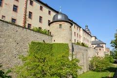 Średniowieczna ściana przy Marienberg kasztelem w Wuerzburg z błękitnym sk obraz stock