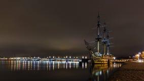 Średniowieczna żaglówka na nocy molu na Neva rzece w St Petersburg zdjęcie stock