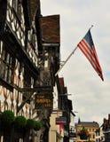 Średniowieczna architektura z flaga amerykańską Fotografia Stock