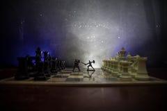 Średniowieczna batalistyczna scena z kawalerią i piechotą na chessboard Szachowy gry planszowa pojęcie biznesowi pomysły, rywaliz fotografia stock
