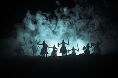 Średniowieczna batalistyczna scena z kawalerią i piechotą Sylwetki postacie jak oddzielnych przedmioty, walka między wojownikami  obrazy stock