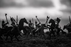 Średniowieczna batalistyczna scena z kawalerią i piechotą Sylwetki postacie jak oddzielnych przedmioty, walka między wojownikami  fotografia royalty free
