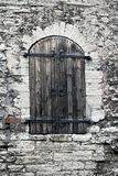 Średniowieczna drewniana żaluzja przy okno w antycznej kamiennej ścianie tallinn zdjęcie stock