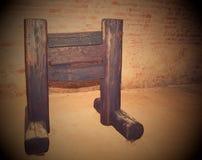 Średniowieczna drewniana gilotyna Średniowieczny instrument tortura fotografia stock