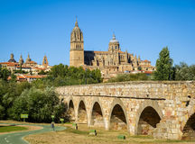 Średniowieczna katedra i most, Salamanca, Hiszpania fotografia stock