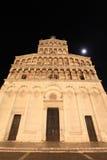 Średniowieczna katedra przy nocą zdjęcia stock