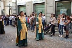 Średniowieczna reenactment parada koloru córek wizerunku matka dwa obraz royalty free
