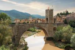 Średniowieczna wioska i most w Besalu Catalonia, Hiszpania obrazy royalty free