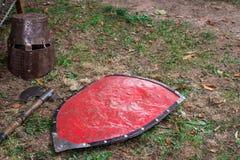 Średniowieczne bronie wystawiać na trawie obraz stock