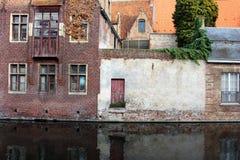 Średniowieczne budynek fasady na rzecznych kanałach w starym grodzkim Brugge Bruges, Belgia Roczników domy z drewnianym drzwi i o Fotografia Stock