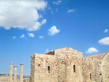 Średniowieczne kościół i starożytnego grka kolumny Zdjęcie Stock