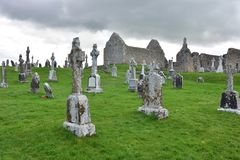 Średniowieczne ruiny w Clonmacnoise w Irlandia obraz stock