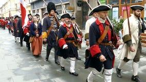 Średniowieczni żołnierze maszeruje na ulicie zbiory wideo