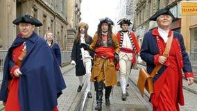 Średniowieczni żołnierze maszeruje na ulicie zbiory