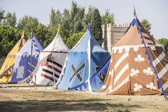 średniowieczni namioty obok pola jarmark lub opłakiwać między warri Obraz Royalty Free