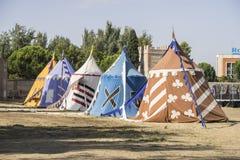 średniowieczni namioty obok pola jarmark lub opłakiwać między warri Obrazy Stock