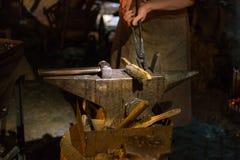 średniowieczny blacksmithing na boże narodzenie dziejowym rynku wewnątrz adven Fotografia Stock