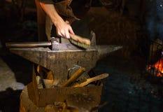 średniowieczny blacksmithing na boże narodzenie dziejowym rynku wewnątrz adven Zdjęcie Stock