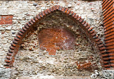 Średniowieczny cegła łuk i ściana w Stary Ryskim, Latvia Zdjęcie Royalty Free