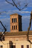 Średniowieczny dzwonkowy wierza w Rzym zdjęcia stock