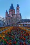 Średniowieczny europejski kościół z flowerbed outside fotografia stock